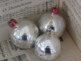 Set van 3 oude/antieke kerstballen. Besuikerd/glitter