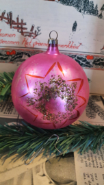 Oude/antieke kerstbal in roze met deco ster
