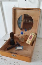 Oude SCHEERKIST met inhoud. Met spiegel