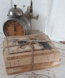 Bundel oude/antieke sleetse boeken, gedecoreerd met een antieke foto en een bladwijzer in Tibetaans zilver