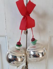 2 mooie oude kerstballen met deco aan rood lint