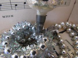 Oude/antieke kerstbal: Dennenboom/kerstboom op clip. witte deco