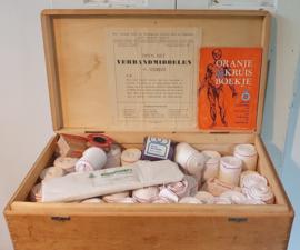 uit 1950/1960: Oude verbandkist Oranjekruis met veel verband + Oranje Kruis boekje