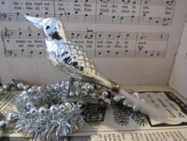 Oude kerstbal: Vogel met reliëf. Op clip.