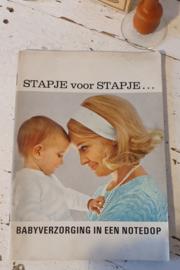 Oude babyspulletjes: Glazen zuigfles, antiek tepelhoedje, Nutricia boekje uit 1969