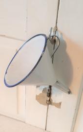 Oude emaille trechter met oor. Wit met blauw randje. 15,5 cm. hoog