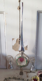 Prachtige oude piek met gekleurde deuk, 2 klokjes, tinsel, leonisch draad
