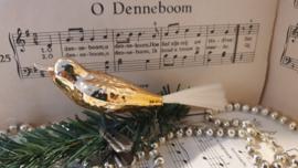 Oude kerstbal: Vogel in zacht goud. Op clip