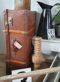 Grote oude reiskoffer met houten baleinen