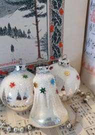 set van 3 oude kerstballen; met besneeuwd hoedje en sterretjes