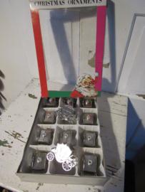 Decoratieve doos met 12 stuks kerstornamenten: zilverkleurige 'koetsjes'. Ca, 1960-1970