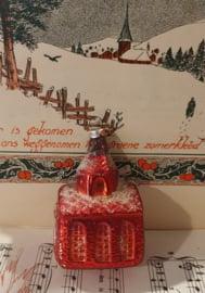 Oude/antieke kerstbal: Kerkje in kerstrood. G.D.R.