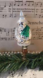 Oude/antieke kerstbal: Kerstman op clip met kerstboom