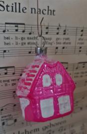 Oude/antieke kerstbal: Huisje in roze met besneeuwd dak