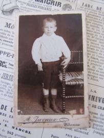 In z'n mooiste pakje, met knooplaarsjes! CDV - Carte de Visite. ca. 1900