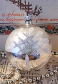 Oude/antieke grote kerstbal G.D.R.: met mooie deco zilverglitter/wit