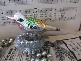 Oude/antieke  kerstbal: Vogel op knijper. Met reliëf. (R)