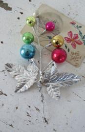 Antieke kerstdecoratie: Tak met Balletjes en zilveren blaadjes