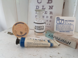 Uit de oude Apotheek/Drogisterij: 5-delig setje verpakkingen, verband, medicijnverpakkingen