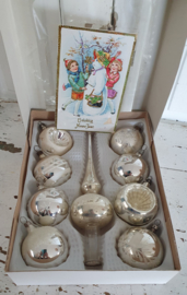 In vensterdoos: 8 prachtige oude kerstballen + piek. + Gratis oude kerstkaart uit 1934