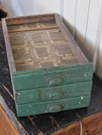 Prachtige oude lade met komgreep en labelhouder