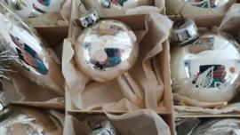 In doos met dks: 12 supermooie oude/antieke kerstballen in warmzilver. incl. 1,80 mtr. oude lametta