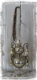 Oude/antieke Piek met 4 parelmoer klokjes, leonisch draad en Tinselpluim.  In doos - H