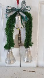 Bijzondere oude kerstversiering met dennentakjes en 3 klokjes!