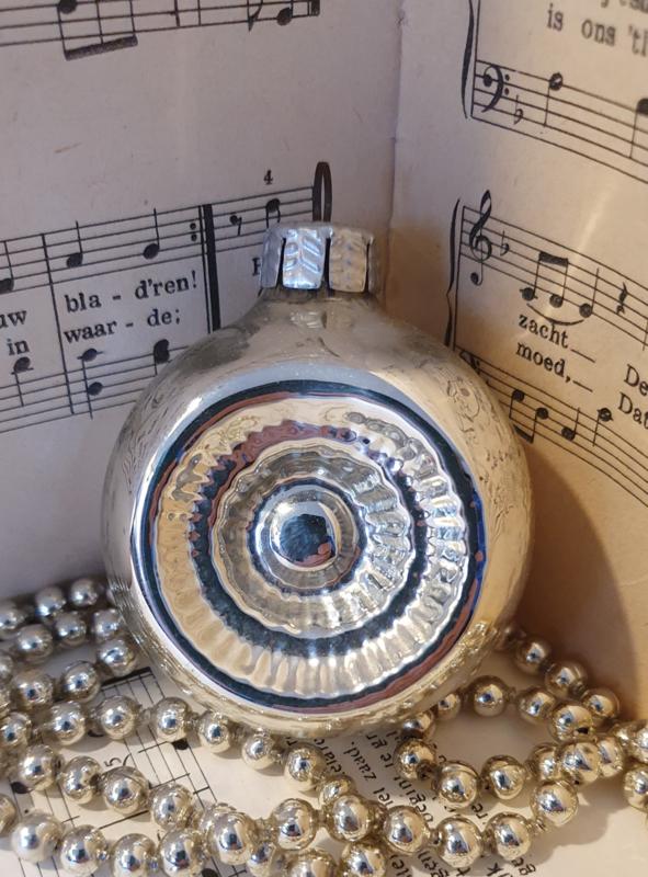 Oude kerstbal: Deukbal in zilver