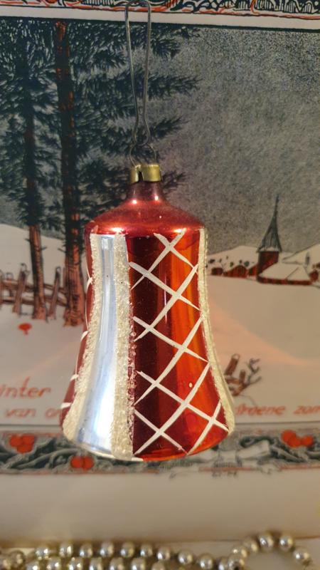 Antieke kerstbal: Klok met klepel in zilver/rood/besuikerd. 6,5 cm. hoog