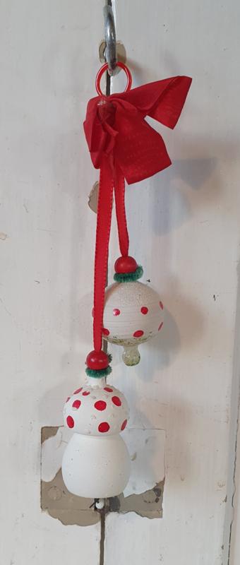Prachtige oude hanger met 2 paddenstoelen aan rood lint