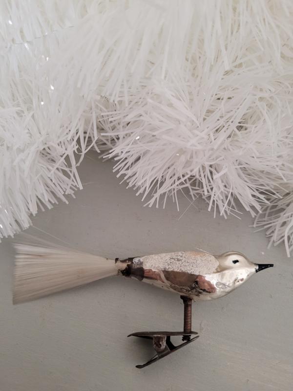 Oude kerstbal: Vogel op clip met besuikerde vleugels