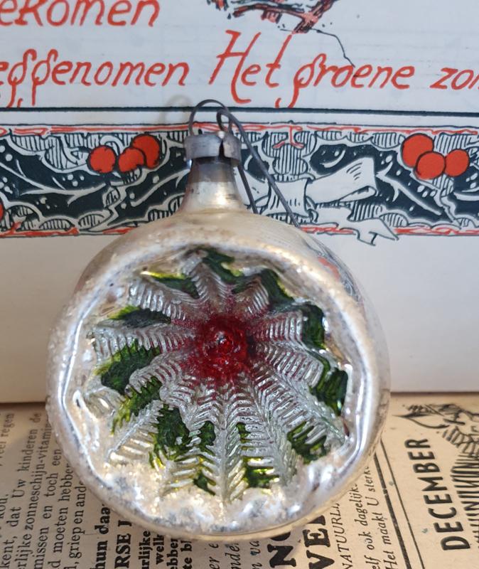 Oude/antieke kerstbal: Deukbal met groen en rood. Aan oude hanger