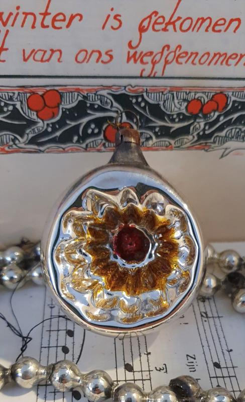 Oude/antieke kerstbal: Deukballetje met rood en oud goud