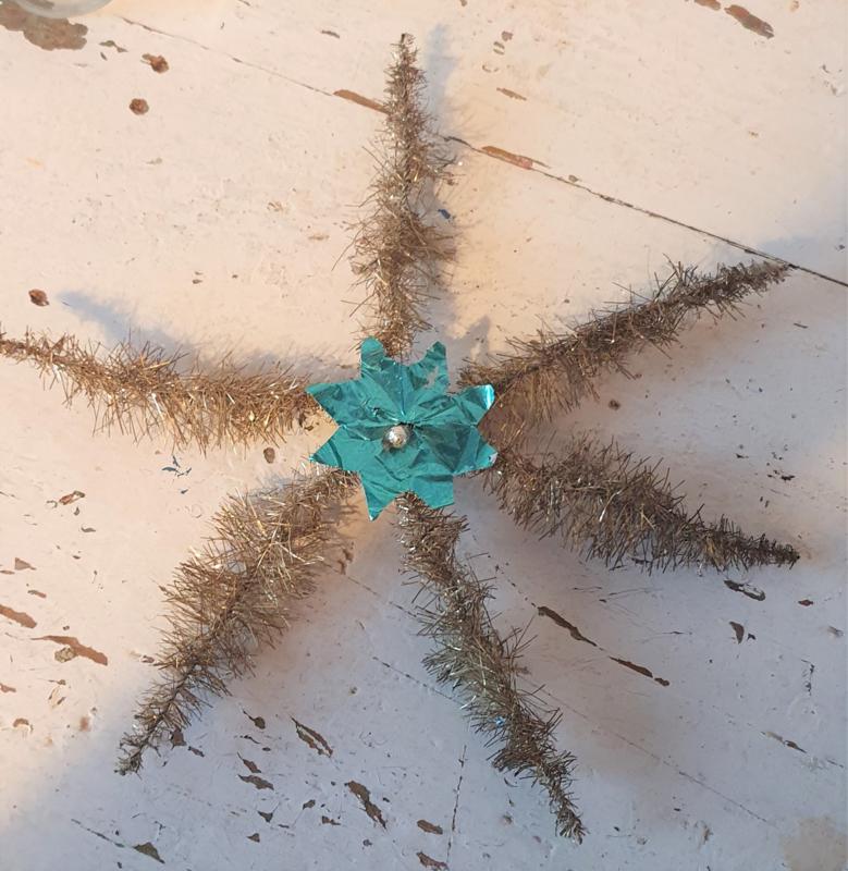 Antieke ster van oude tinsel met 'bloem' in Turquoise' met glasballetje