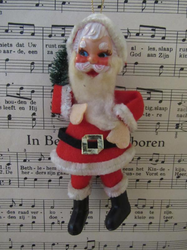 Oud kerstmannentje van stof. Baard van watten. 12 cm. hoog