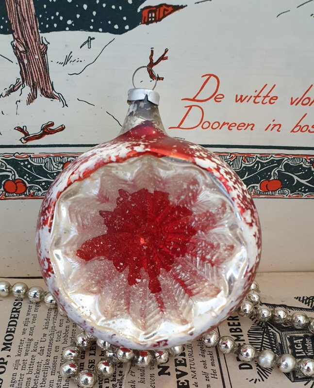 Oude/antieke vrij grote kerstbal: deukbal in zilver/rood. Besneeuwde rand