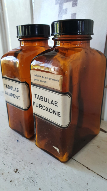 Set van 2 stuks oude Tablettenpotten met bakelieten dop. TABULEA FUROXONE / ALUPENT
