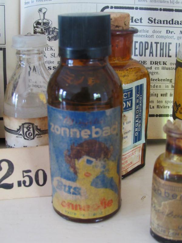 Oude flesje 'ZONNEBAD' (OLIE). van Apotheek Bus, Groningen. ca. 1950 -1960