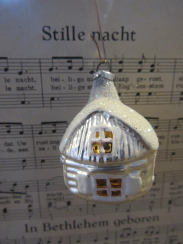 Oude/antieke kerstbal: Kabouterhuisje met gekleurde raampjes. Besuikerd