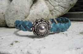armband in blauw/turquoise/roze met middelgrote Zeeuwse knop
