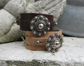 Stoere armbandmet grote Zeeuwse knop