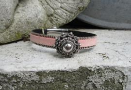mooie armband in roze en lichtblauw met middelgrote Zeeuwse knop