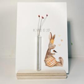 Kaart met vaasje,  houten kaartenhouder en droogbloemetjes - 'Ik vind je lief'