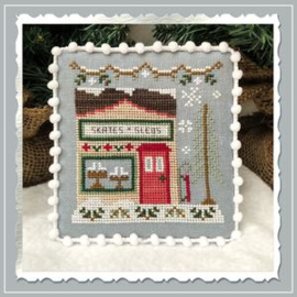 "Country Cottage Needleworks - Snow Village ""Skate and Sled Sop"" nr. 2"