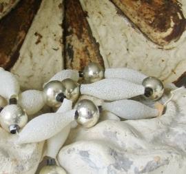 Ketting van kralen en pegels