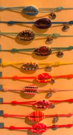 Armbandje met beschilderde schelp