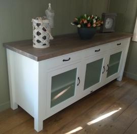 Landelijk wit dressoir met glazen deuren en eiken blad 200 cm br. x 60 cm d. x 85 cm hg.