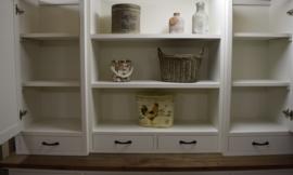 Landelijk witte buffetkast met dichte paneeldeuren en eiken blad 200 x 220 cm hg PRIJS OP AANVRAAG