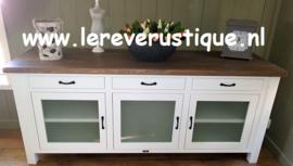 Landelijk wit TV-meubel met glazen deuren en eiken blad  200 cm br. x 60 cm d. x 85 cm hg.